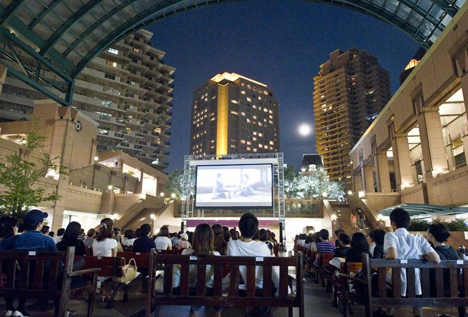 都会のブルーオアシスで映画が楽しめる「スターライトシネマ 2012」