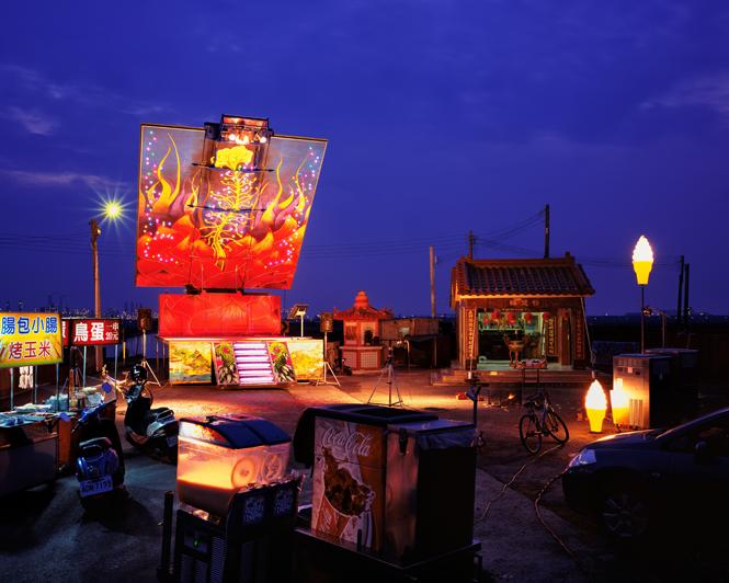 やなぎみわ『演劇公演「日輪の翼」のための移動舞台車』(台湾での展開風景 Photo: SHEN Chao-Liang) 新港ピア会場のエントランスの大空間に設置され、会期後は日本各地の聖地へと漂流の旅に出る。