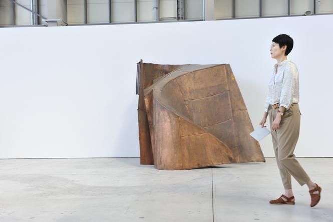 新港ピア会場にて。奥に見える立体作品は、ヤン・ヴォーによる作品『我ら人民は』(部分)。 ©Yuichiro TANAKA
