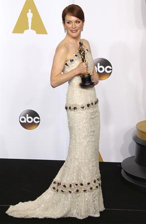 ジュリアン・ムーア、アカデミー賞の衣装制作には約1000時間費やされた!?