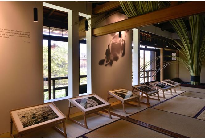 祇園新橋伝統的建造物でのフォスコ・マライーニ『海女の島:ルガノ文化博物館コレクション』展示風景。(Photo: Takuya Oshima) 今年夏に「パスザバトン京都祇園店」がオープン予定の建物を会場に、スイス人デザイナーのオリバー・フランツが「竹定」の竹を用いた空間を構成。 写真提供:KYOTOGRAPHIE実行委員会