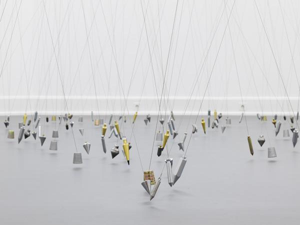 東京の出展作家の作品より、Tatiana Trouvé『350 Points Towards Infinity』(2009年) Photo : Annette Kradisch ©JASPAR, Tokyo, 2015 ミグロ美術館にて、350本の測鉛線による展示風景。今回は250本を用いた展示『250 Points Towards Infinity』を行う。