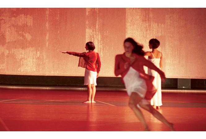 コンテンポラリー・ダンス界をリードする、カンパニー「ローザス」の『ドラミング』来日公演まであとわずか。