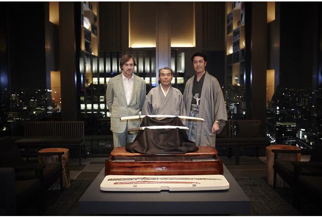 左から:マーク・ニューソン、刀匠・法華三郎信房氏、WOW代表・高橋裕士氏。 3月17日、「アマン東京」グランドオープニングパーティにて。