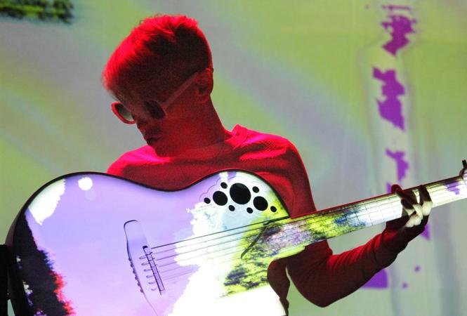 必見の超絶ギタープレイ。カーキ・キングの来日公演が決定!