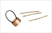 ブラッシュド メタル カフ ポニー ¥6,500/France Luxe(フランス ラックス)ゴールドのヘアピン(私物)