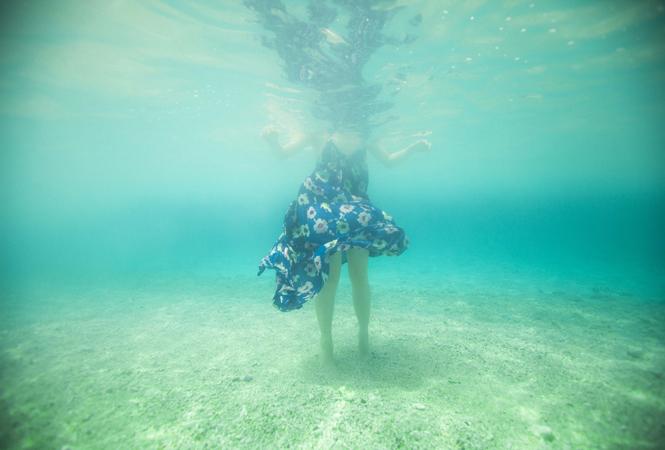 夢と現実のはざまで。フォトグラファーMARCO氏の写真展『Innocent Blue』が開催