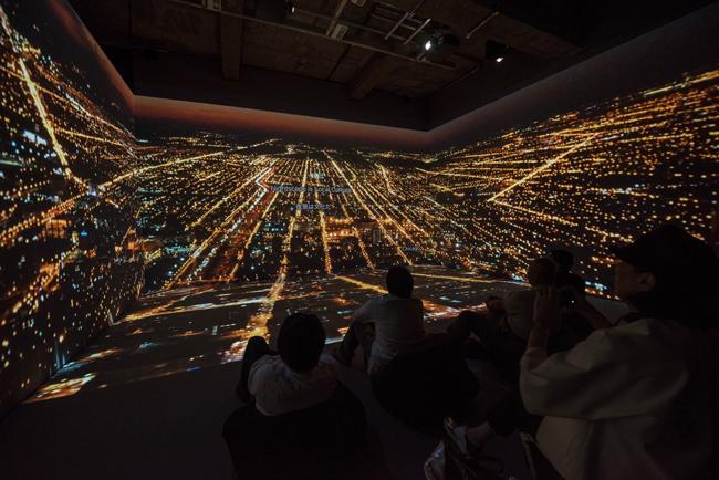 展示風景より、「ライト・パビリオン」に投影されたシカゴの夜景(Photo: 金子俊男)