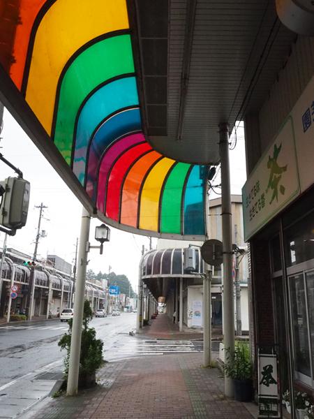 商店街の屋根のレインボーカラーにした《虹のアーケード》2016年 ©Ellie Omiya