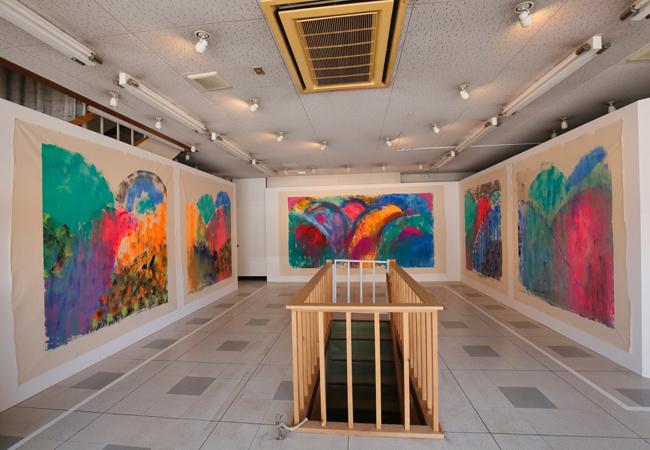 十和田市内の商店街の空き店舗数カ所を会場に同時開催している「大宮エリーの商店街美術館」。《岡山のお山のおはなし》シリーズ 2015年 ©Ellie Omiya