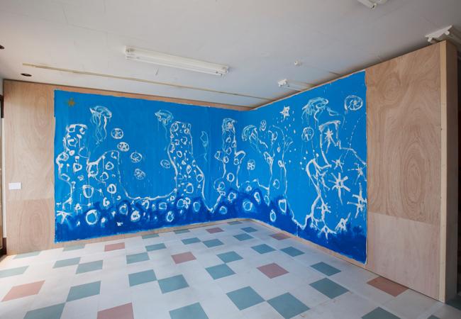 同じく商店街の空き店舗に展示中の作品《青とさんごの海》2013年 ©Ellie Omiya