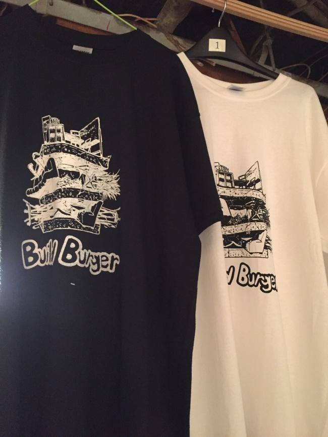 「ビルバーガー」作品をグラフィック化したプリントTシャツ。