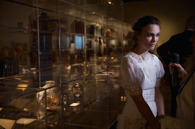 「ガブリエル自身の蔵書と美術コレクションをヴェネチアで見ていると、前世紀初頭にタイムスリップした気分になれる」とインタビューに答えるキーラ。 ©Benoît PEVERELLI