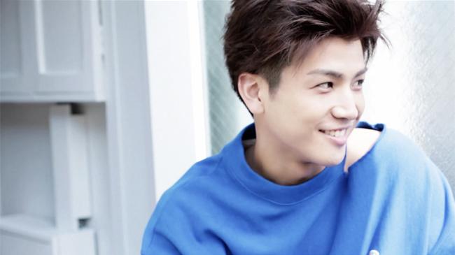 幼い笑顔の岩田剛典