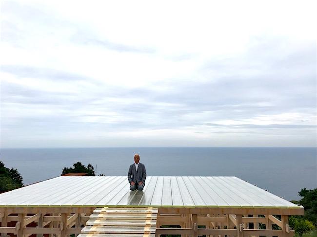 「小田原文化財団 江之浦測候所」プレス内覧会にて、光学ガラスの能舞台で報道陣に挨拶する杉本さん