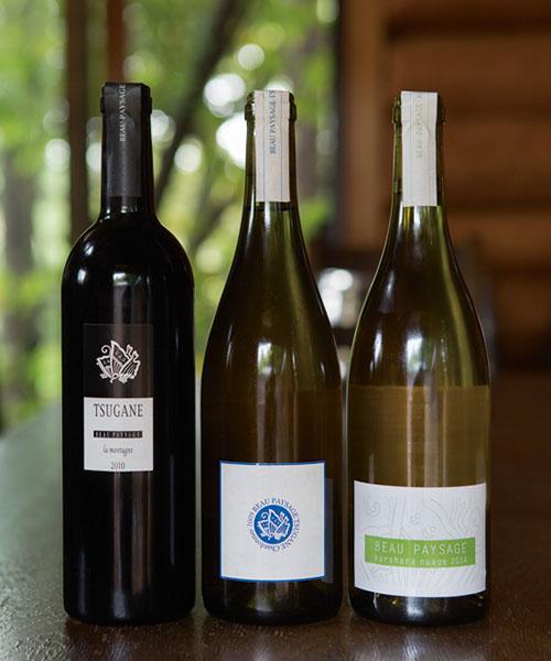 """左:ツガネ ラ・モンターニュ 2010(品種:メルロー) 中:ツガネ シャルドネ2009(品種:シャルドネ) 右:クラハラ・ニュアージュ2014(品種:ソーヴィニヨンブラン)<br /> 「味が良くなる、ならないでなく、ワインとはブドウの""""果実""""を表現したものでありたい」と、白ワインでは皮も種も実のすべてを使い、赤ワインでは梗(茎)を取り除く。"""