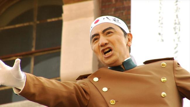 森村泰昌『芸術家Mの「にっぽん、チャチャチャ!」』参考画像 『烈火の季節 / なにものかへのレクイエム』(2006)より
