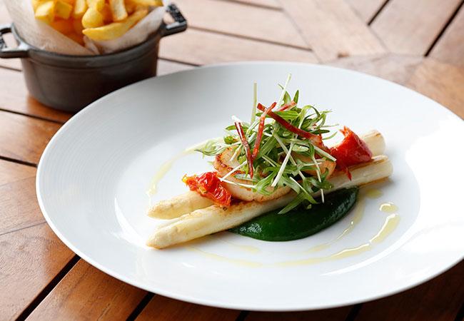 p3プランチャ/ホワイトアスパラガス 帆立貝、空芯菜、菜の花とほうれん草のクーリ ¥3,300