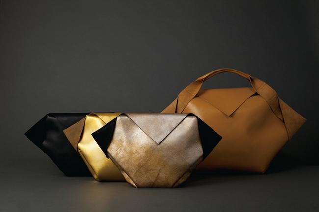WOWのプロダクトレーベル「BLUEVOX!」より。1枚の正方形の革を折り畳んだ構造のバッグ『A SQUARE』(2015年)