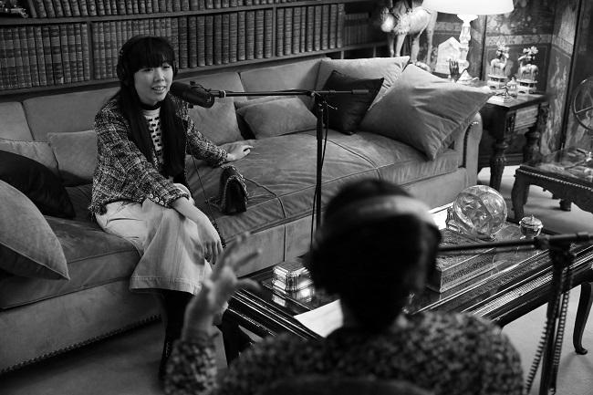 アパルマンで対談するアマンダとスージー・ロウ