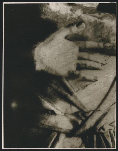 『La main gelée, 2000』 © Sarah Moon