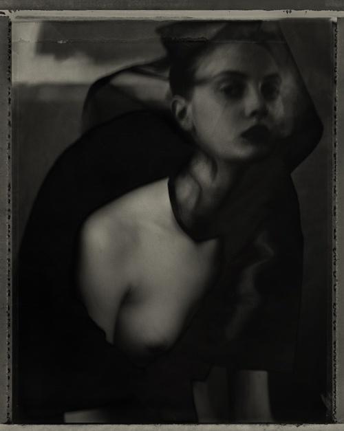 『Femme voilée』 © Sarah Moon