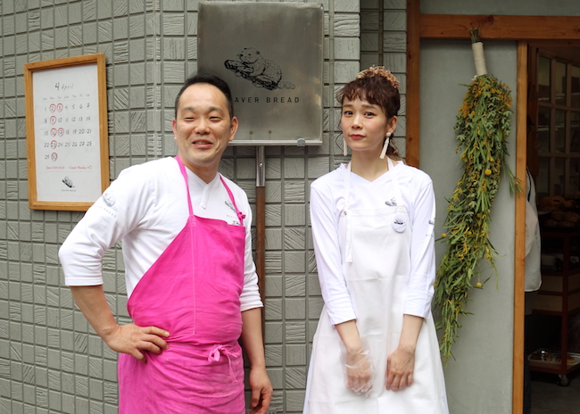 オーナーの割田健一シェフ(左)と、モデルの山野ゆり(右)。