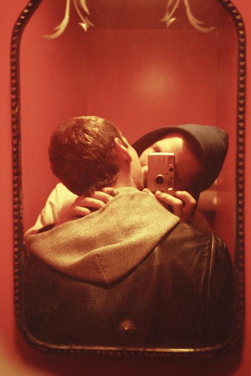 『Red Mirror』(1999年/2016年) © Ryan McGinley, Courtesy of Team Gallery, New York / Tomio Koyama Gallery, Tokyo