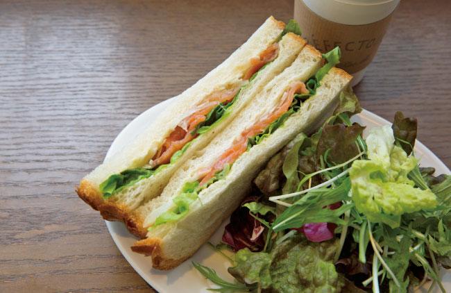 サーモンサンドイッチ単品 ¥410、サラダ・ドリンクセット ¥850 ※セットは平日15:30まで