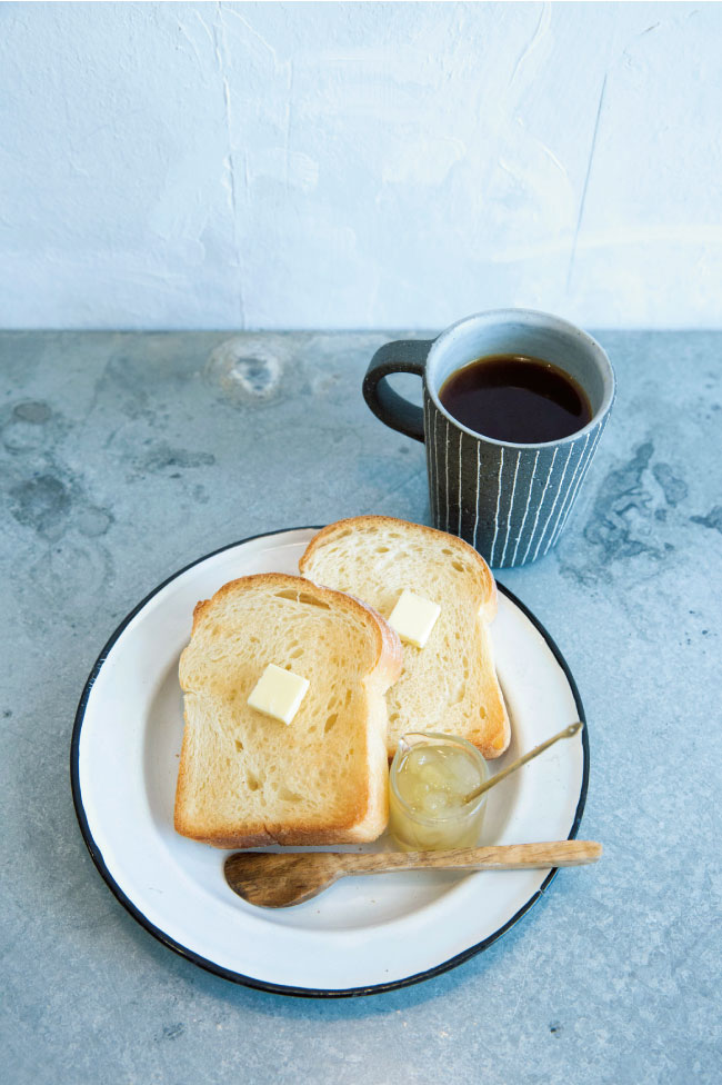 スペシャルティコーヒー(プレス式で2杯分)¥600、KAISOさんのミニトースト(バターとジャム付き)¥350(ともに税込)