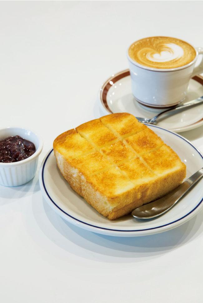 自家製食パンの小倉トースト ¥450、カフェラテ ¥550(ともに税込)夏季限定で、自家製ハムのハムサンドも。