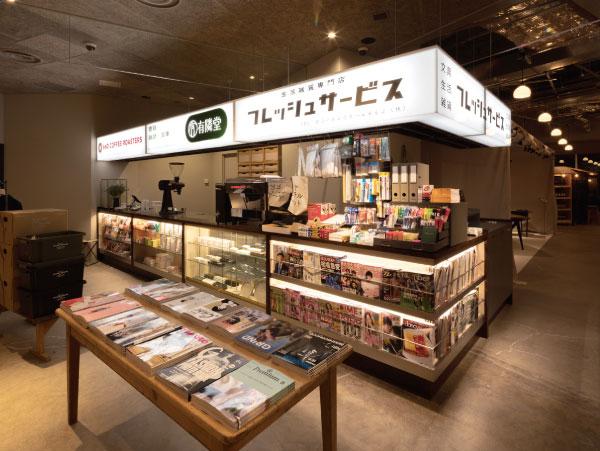 キオスクには「AND COFFEE ROASTERS」、有隣堂による週刊誌や漫画、文具、「Fresh Service」の雑貨や日用品が揃う。