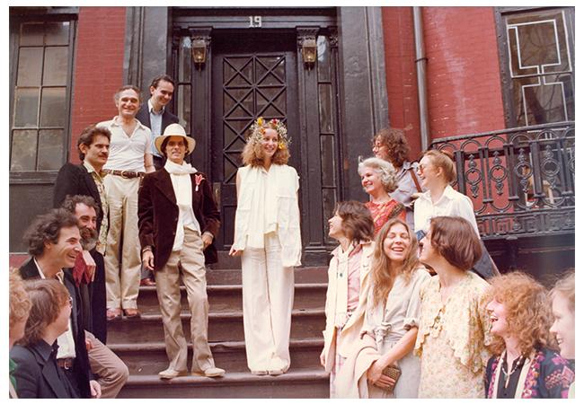 7.ゴードン・マッタ=クラーク(中央左)とジェイン・クロウフォードの結婚を祝う友人たちとともに 1978年
