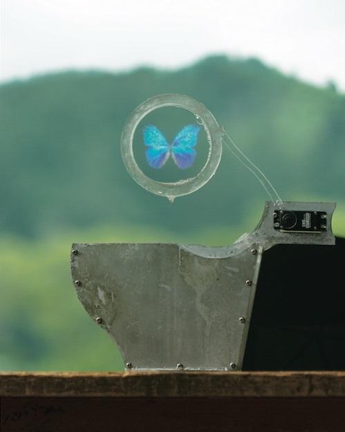 『A Colloidal Display』(2012年)本来であれば光を透過するはずのシャボン玉に超音波を当て、波形を制御することで映像を映し出す。