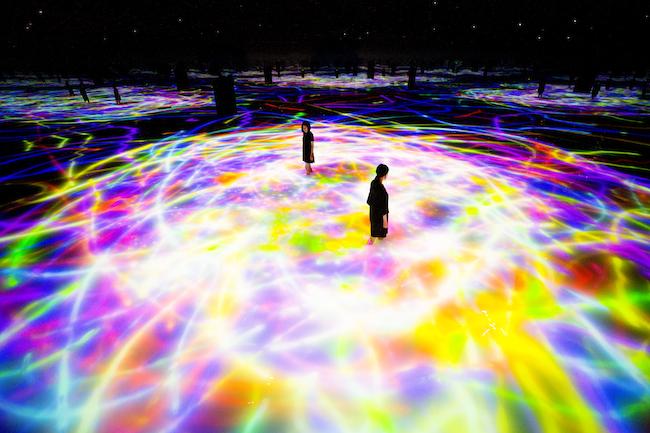 『人と共に踊る鯉によって描かれる水面のドローイング - Infinity』©︎ teamLab