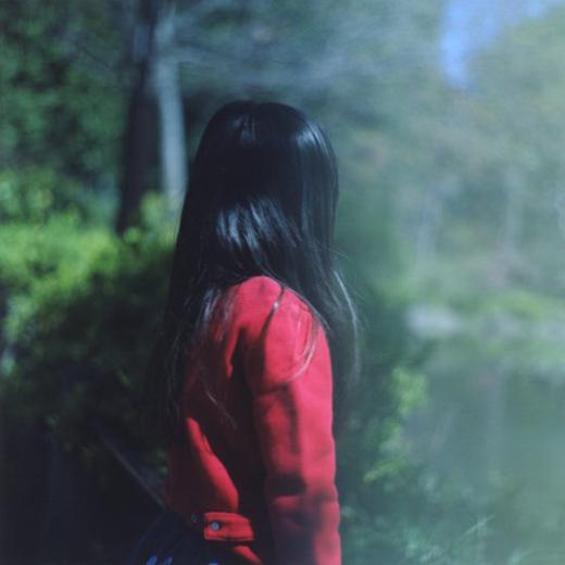 川内倫子が撮る、アニエスベーの名作カーディガン