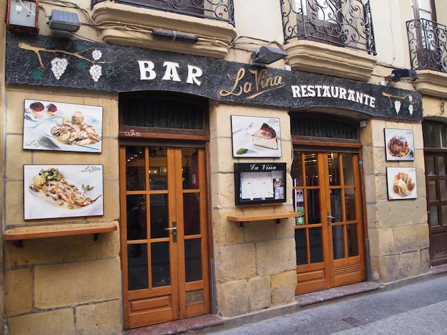 こちらが、チーズケーキ目当てに世界中からお客様が絶えないというサンセバスチャンの人気店「ラ・ヴィーニャ」。