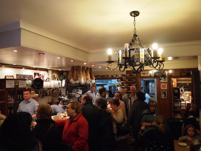 大勢のお客さんで賑わう、活気に満ちた店内。
