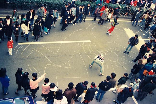 表参道で披露したパフォーマンスの写真(世界初公開)1988 photo by ©Akira Kishida
