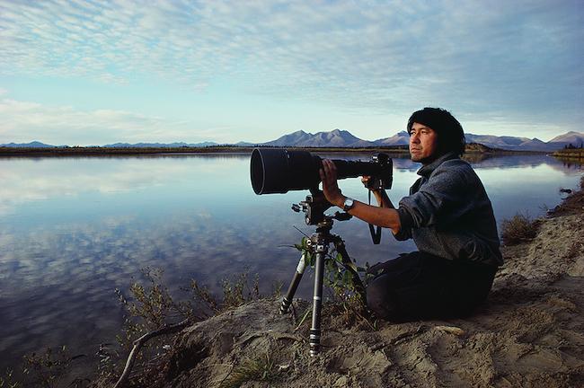 カリブーの季節移動を待つ星野道夫  撮影:星野道夫 ©Naoko Hoshino