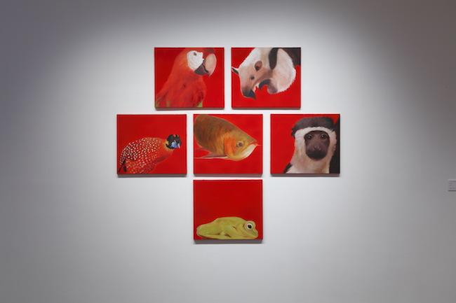 プラディープ・ミシュラ warmth of togetherness(展示風景), 2010 各 45.5 x 53cm Oil on canvas ©プラディープ・ミシュラ