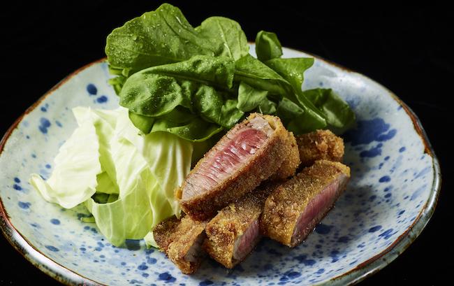 厚みのあるランプ肉の中心にほんのり赤みを残した「ビーフカツ」¥3,024