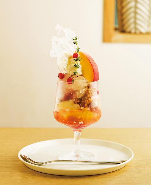 季節のパフェ(白桃/ルバーブ/フヌイユ)¥1,380(税込)※写真は7月のパフェ。9月のパフェは問い合わせを