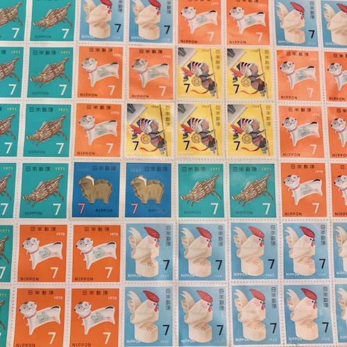 カラフルでレトロな可愛い切手。これを大きさごとに並べていきます。