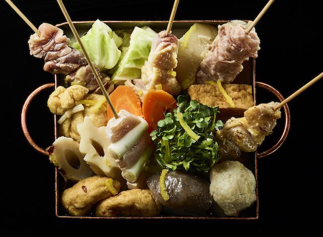 おまかせ盛り合わせ 1人前¥1,600〜(写真は2、3人前)。24種類以上の品揃え豊富な日本酒とともに。