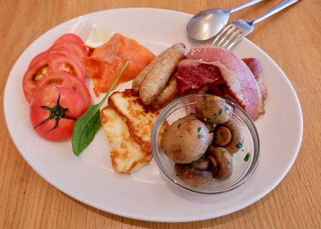 フレッシュトマト、自家製グラブラックスサーモン、ハロウミチーズ、フェンネルソーセージ、ベーコン、ガーリックマッシュルーム