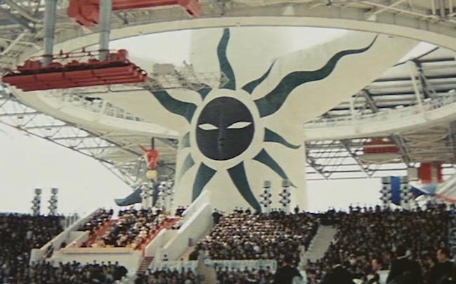 万博開催時、「お祭り広場」を見下ろす「黒い太陽」