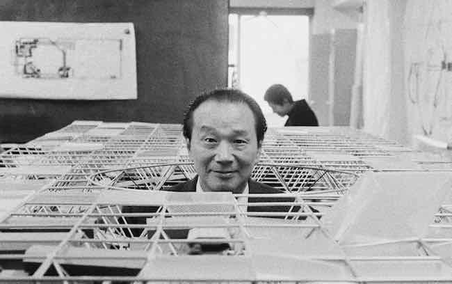 「大屋根」の模型から顔を出す岡本太郎