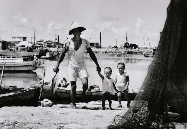 山田 實 《手をつないで 糸満漁港》 1960年 ゼラチン・シルバー・プリント