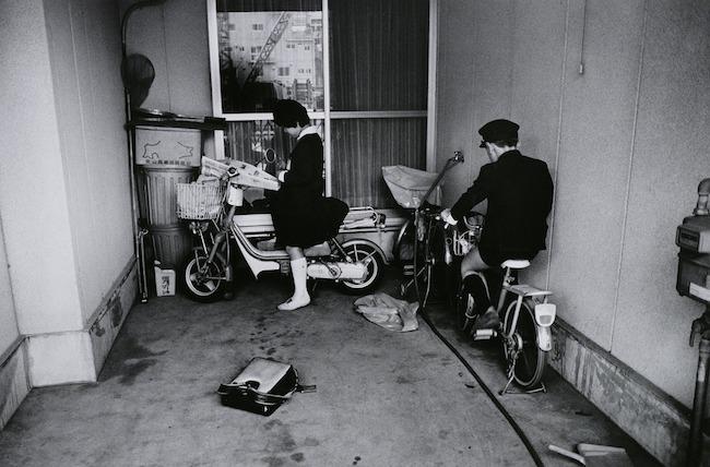 長野 重一《中央区 日本橋蛎殻町》〈遠い視線〉より 1985年 ゼラチン・シルバー・プリント